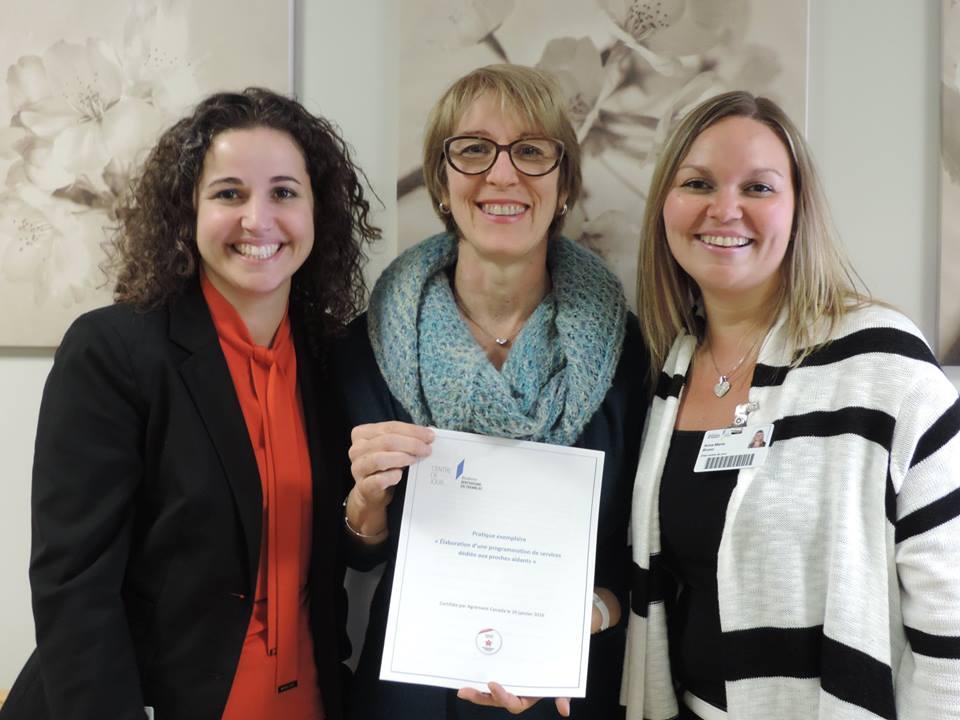 Des membres de l'équipe posent fièrement avec le projet qui leur a valu une attestation de pratique exemplaire d'Agrément Canada